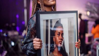 "Ami Faku Collects Platinum Plaque For ""Ubuhle Bakho"" Image"